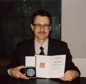 RNDr.Štefan Gajdoš, spoluobjaviteľ planétky Prešov pri oficiálnom ozname objavu (23.10.2003), za čo mu mesto Prešov udellilo pamätnú medailu mesta